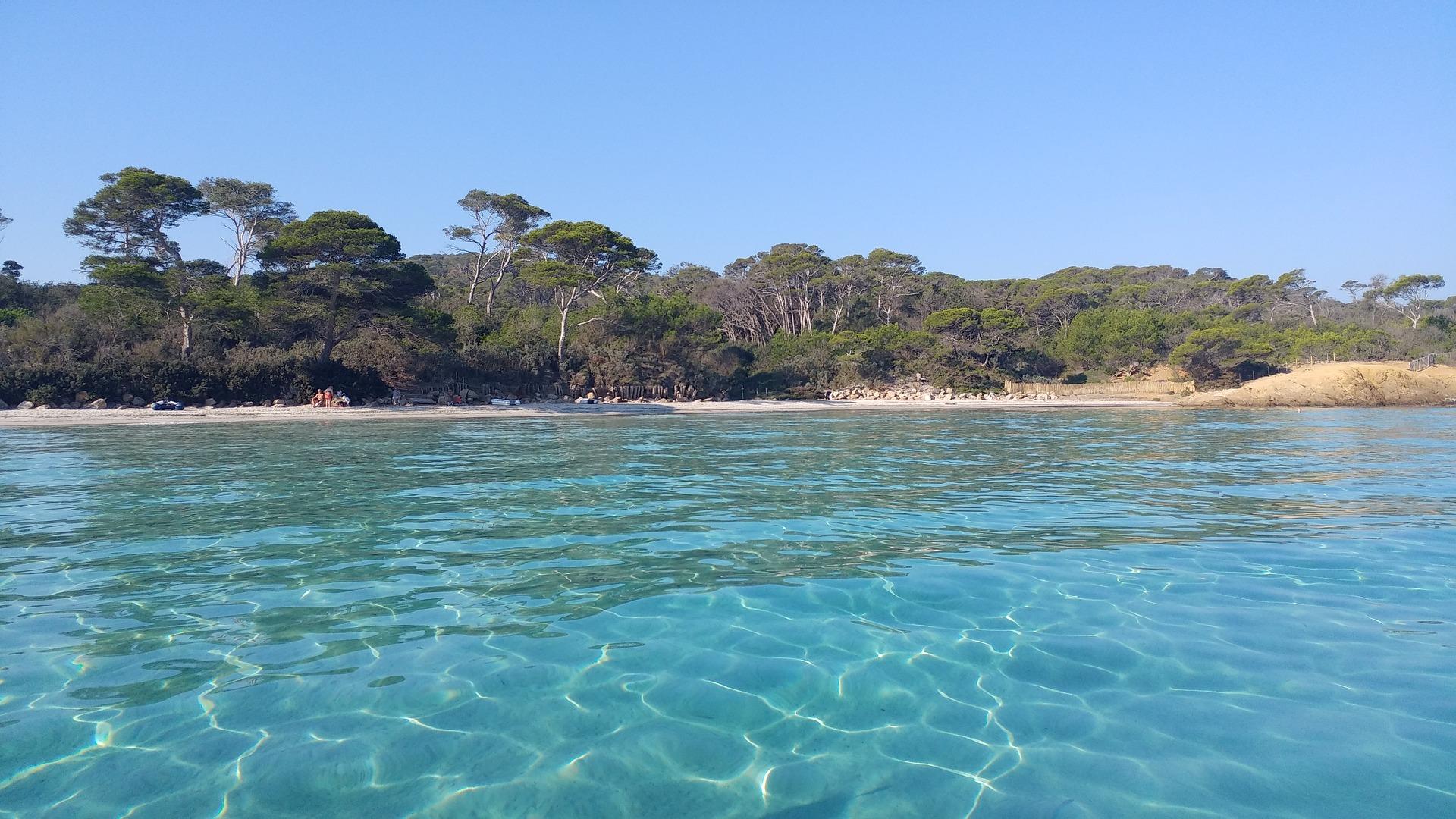 L'île de Porquerolle : un joyau de la Méditerranée  Si vous cherchez un camping avec piscine, le Site de Gorge Vent vous conviendra